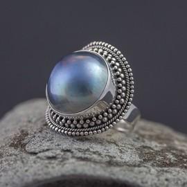 Srebrny pierścionek z błękitną perłą