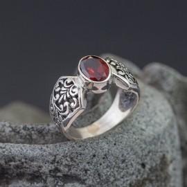 Srebrny pierścionek z granatem (rozm.10)