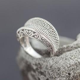 Srebrny pierścionek ręcznie zdobiony