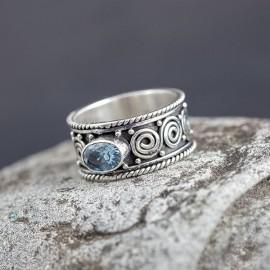 Srebrna, ręcznie zdobiona obrączka z topazem