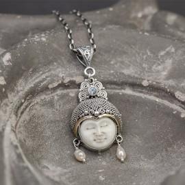 Srebrny wisior z błękitnym topazem i perłami
