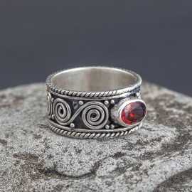Srebrny pierścionek z granatem