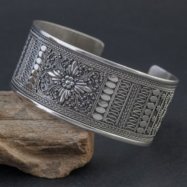 Srebrna bransoleta w orientalnym stylu