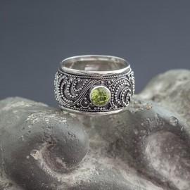 Srebrny pierścionek z peridotem (rozm.15)