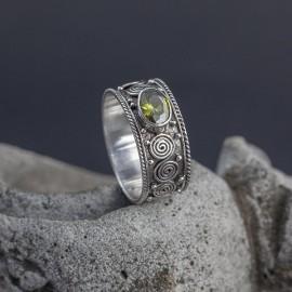 Srebrny pierścionek z peridotem (rozm.18)