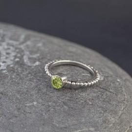 Srebrny pierścionek z peridotem (rozm.14)
