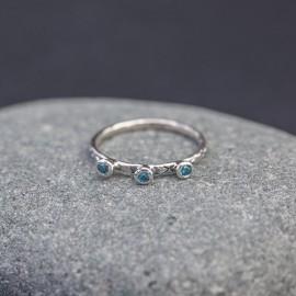 Srebrny pierścionek z błękitnymi topazami