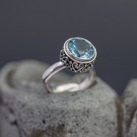 Srebrny pierścionek z błękitnym topazem (regulowany)