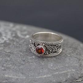 Srebrny pierścionek z granatem (rozm.11)