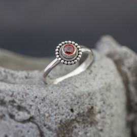 Srebrny pierścionek z granatem (rozm.14)