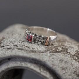 Srebrny pierścionek ze złotem 18K i granatem (rozm.16)