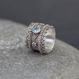 Srebrny pierścionek z błękitnym topazem (rozm.14)