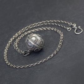 Srebrny naszyjnik z dzwoniącą kulą
