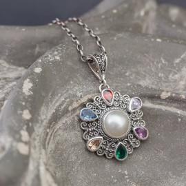 Wisior z kamieniami i perłą