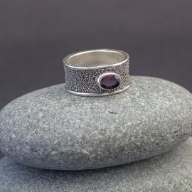 Srebrny pierścionek z granatem (rozm.17)