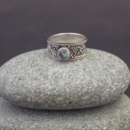 Srebrny pierścionek z błękitnym topazem (rozm.16)
