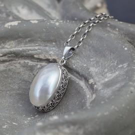 Srebrny wisior z masą perłową