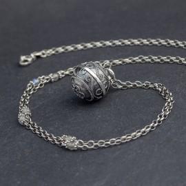 Srebrny naszyjnik z dzwoniącą kulą i labradorytem