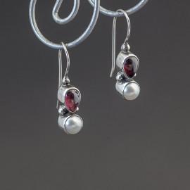 Srebrne kolczyki z granatem i perłą