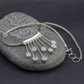 Srebrny naszyjnik z kamieniem księżycowym