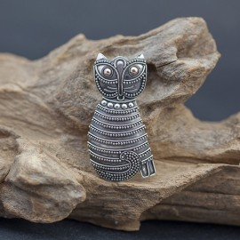 Srebrna broszka w kształcie kota