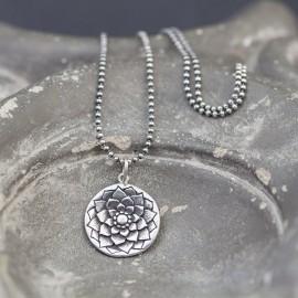 Srebrny naszyjnik z motywem kwiatu lotosu