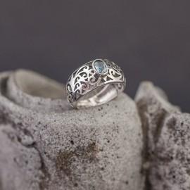 Srebrny pierścionek z błękitnym topazem (rozm.13)