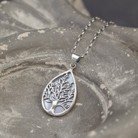 Srebrny wisiorek z motywem drzewa i masą perłową