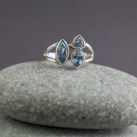 Srebrny pierścionek z błękitnym topazem (rozm.18)