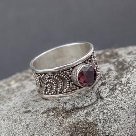 Srebrny pierścionek z granatem (rozm.16)