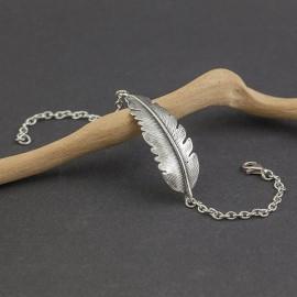 Srebrna bransoletka z motywem piórka