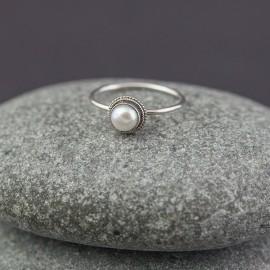 Srebrny pierścionek z perłą (rozm.11)